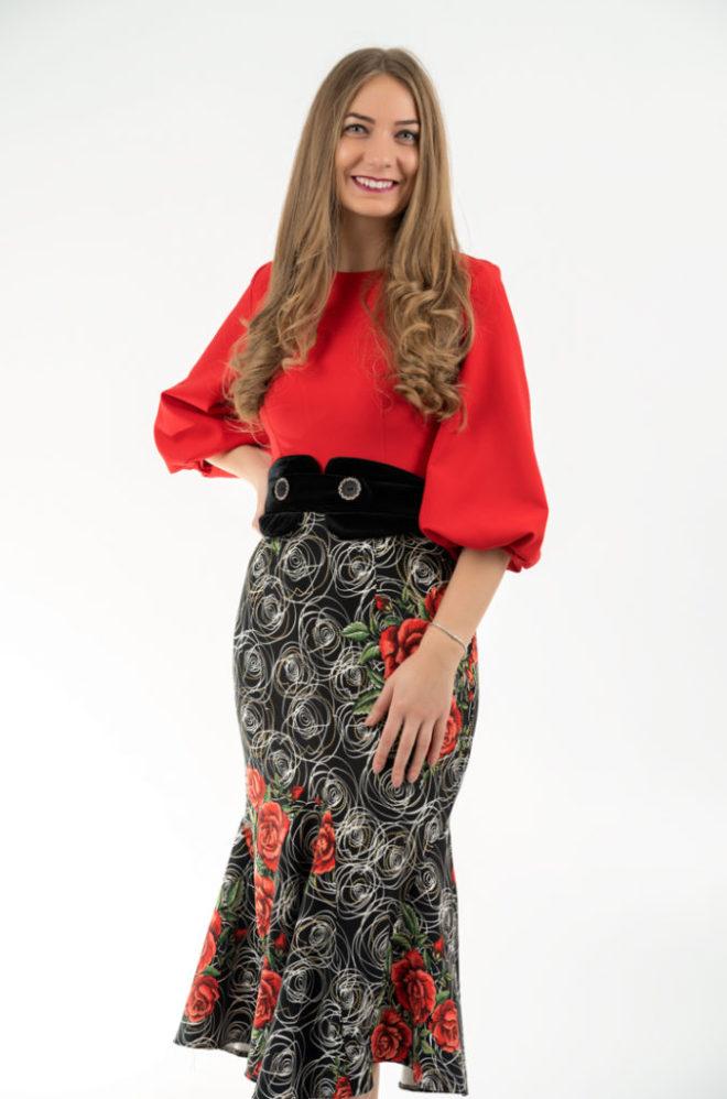 Rochie Rosie Cu Imprimeuri Florale Cu Brau Din Catifea Neagra
