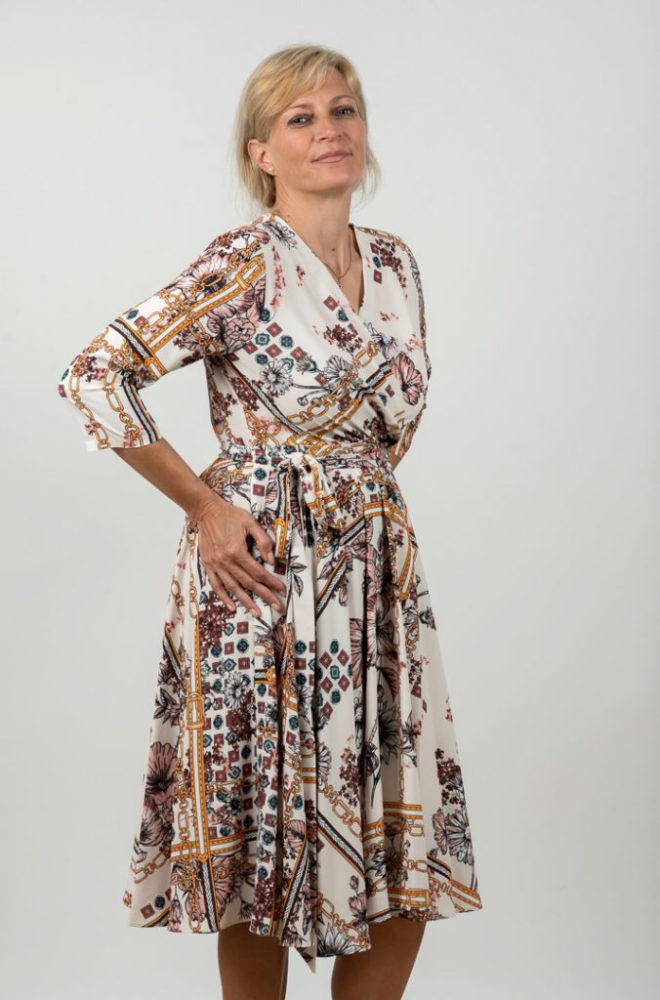 Rochie Plussize In Clos Pe Fond Alb Si Imprimeu