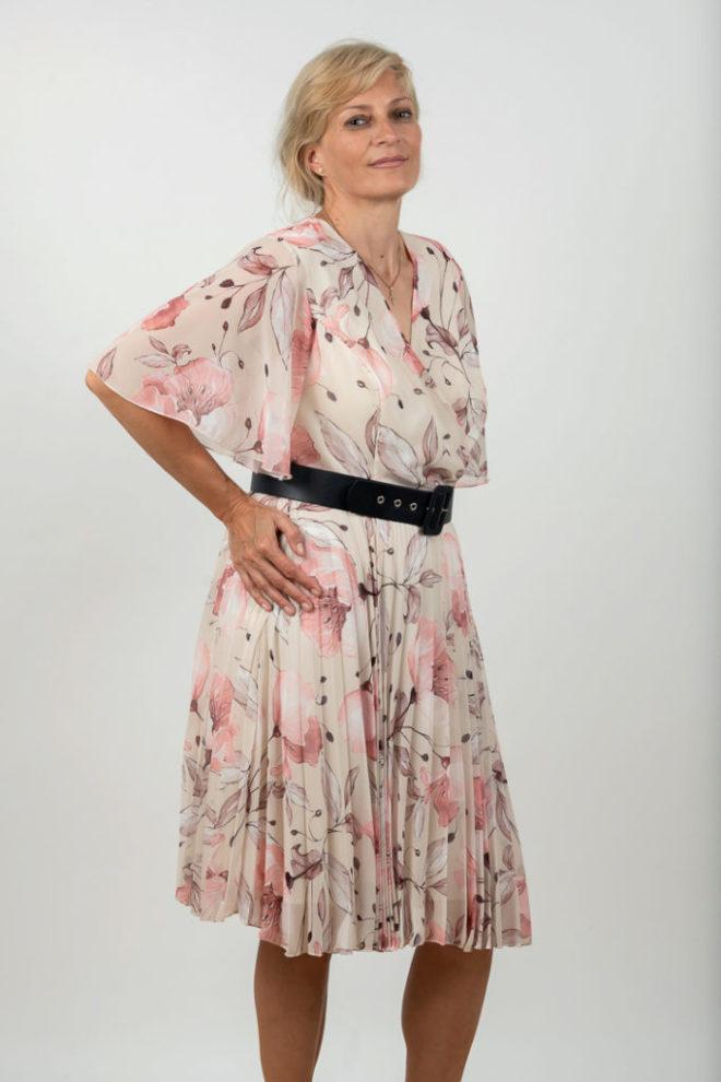 Rochie Plussize Plisata Cu Centura Pe Fond Alb Cu Imprimeu