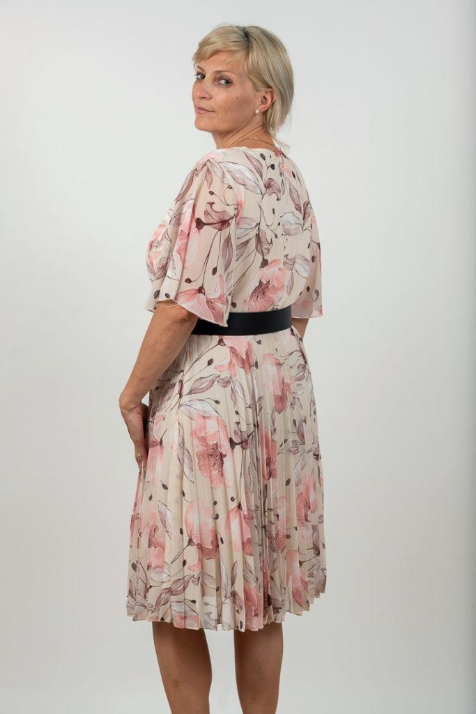 Rochie Plussize Plisata Cu Centura Pe Fond Alb Cu Imprimeu Spate